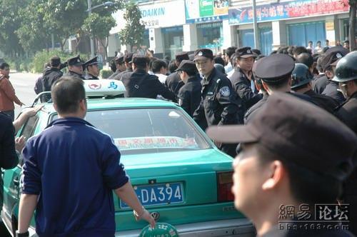 Конфликт между водителями перерос в крупномасштабную акцию протеста таксистов. 23 ноября. Город Гуанчжоу. Фото с epochtimes.com