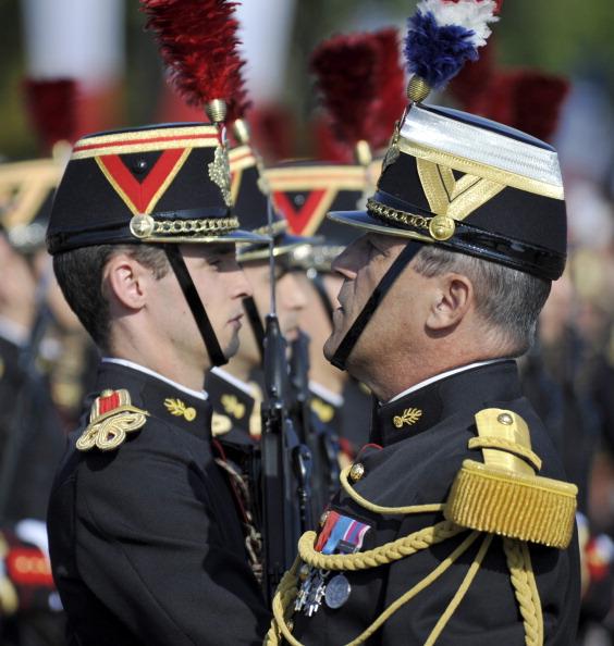 Французькі солдати піхотного полку Республіканської гвардії виконують команду офіцера під час щорічного дня взяття Бастилії, у параді на Єлисейських полях у Парижі 14 липня 2011 року. Фото: Getty Images
