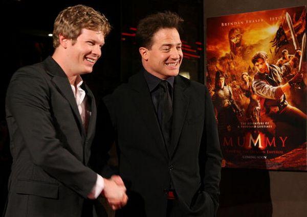 Актёры Люк Форд (Luke Ford) (слева) и Брендан Фрейзер (Brendan Fraser) (справа) позируют на премьере фильма 'Мумия 3: Гробница Императора-Дракона', которая прошла 28 августа в Мельбурне. Фото: Robert Prezioso/Getty Images