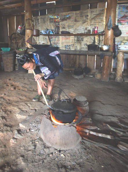 Раздувающая очаг хозяйка. Фото: Getty Images