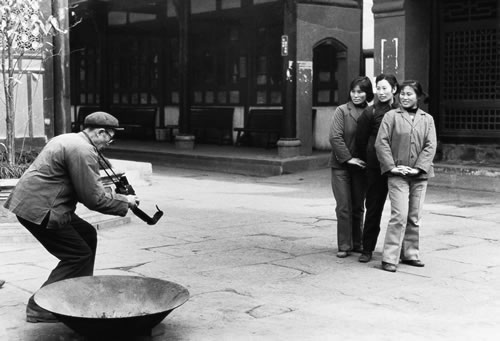Туристки фотографируются возле храма Wen Shuyuan. Город Ченду провинции Сычуань. 1983 год. Фото: Li Dan