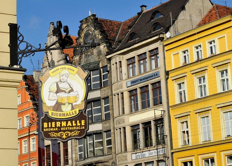 Вывеска пивного ресторана Bierhalle. Фото: Claudio Villa/Getty Images