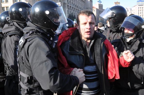 Милиция задержала учасника акции коммунистов на Крещатике. Фото: SERGEI SUPINSKY/AFP/Getty Images