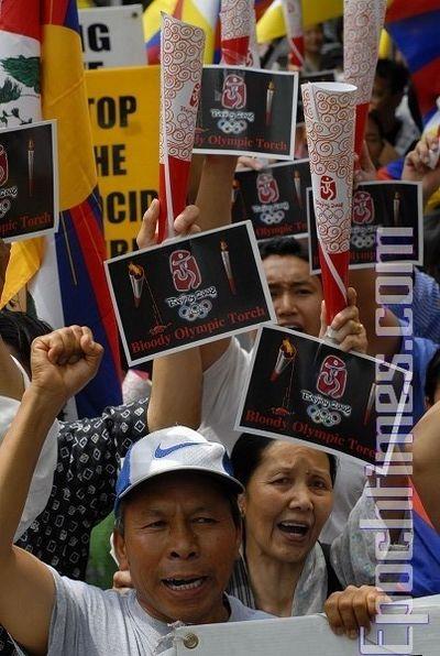 17 червня. Нью-Йорк. Акція протесту проти жорстокого придушення тибетців китайською компартією, а також проти проведення в Тибеті Естафети олімпійського вогню. Фото: Дай Бін/Тhe Epoch Times