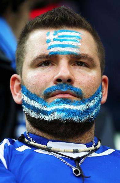 Гданьск, Польша — 22 июня: болельщик сборной Греции наблюдает за матчем между Германией и Грецией. Фото: Alex Grimm/Getty Images