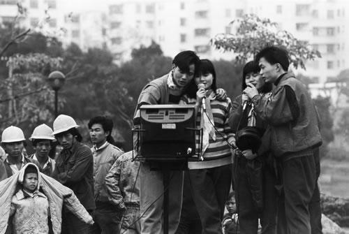 Бесплатное караоке пользуется большой популярностью у приезжих рабочих. Город Шеньчжень провинции Гуандун. 1992 год. Фото: Zhang Xinmin