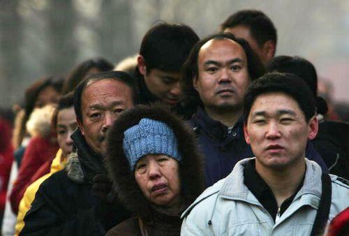 Люди стають в довгі черги, щоб поїсти святкової каші «лаба». Фото: China Photos/Getty Images