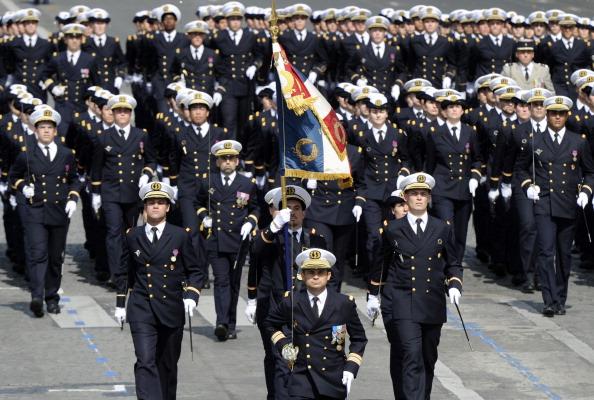 Курсанты Французской военно-морской академии (Ecole Navale) маршем прошли по Елисейским полям во время ежегодного дня взятия Бастилии. Парад в Париже 14 июля 2011 года. Фото: Getty Images
