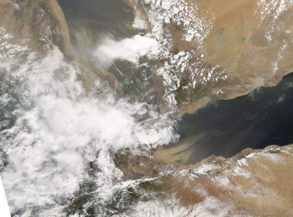Снимок перемещения густых пыльных масс от берегов Сомали через Аденский залив, снятый в естественных цветах со спутника НАСА Аква 4 августа. (NASA)