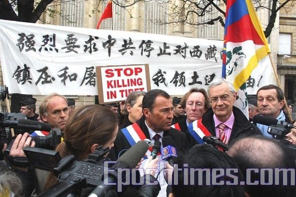 Г-н Лионель Люка вышел из китайского посольства и рассказывает корреспондентам о ситуации. Фото: Чжан Лэ/ The Epoch Times