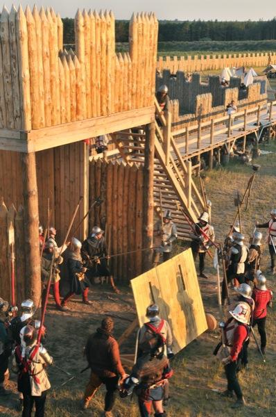 Рыцари штурмуют крепость на историческом фестивале в Парке Киевская Русь 18 июня 2011 года. Фото: Владимир Бородин/The Epoch Times Украина