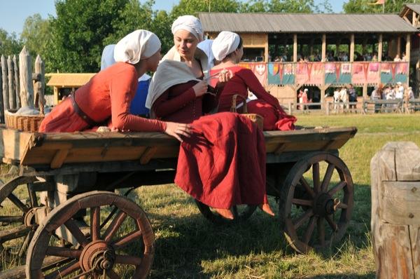 Девушки в телеге на историческом фестивале в Парке Киевская Русь 18 июня 2011 года. Фото: Владимир Бородин/The Epoch Times Украина