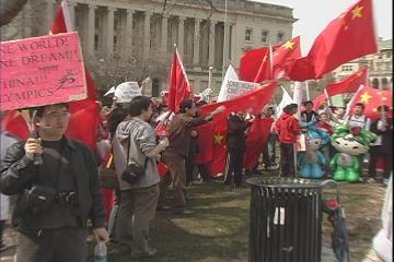 19 мая г.Мэдисон (США). Китайские студенты, подстрекаемые КПК, громко кричат и поют революционные песни под лозунгом «освобождения» всего мира. Фото: Ян Ян/ The Epoch Times