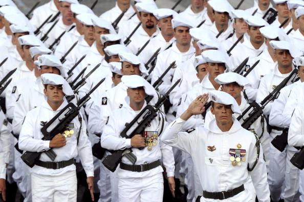 Французские солдаты 7-го батальона «Охотник» маршем прошли по Елисейским полям во время ежегодного дня взятия Бастилии. Парад в Париже 14 июля 2011 года. Фото: Getty Images