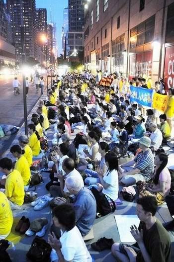 Акция с зажжёнными свечами, посвящённая памяти погибших в Китае от репрессий последователей Фалуньгун. Фото: Мин Го/ The Epoch Times