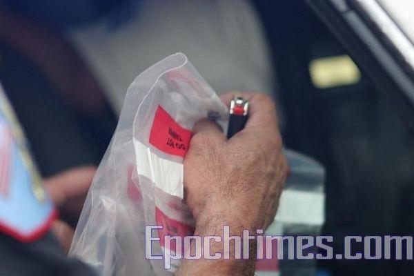 Поліцейські взяли білий порошок, який був разом із листом, для детального аналізу. Фото: The Epoch Times