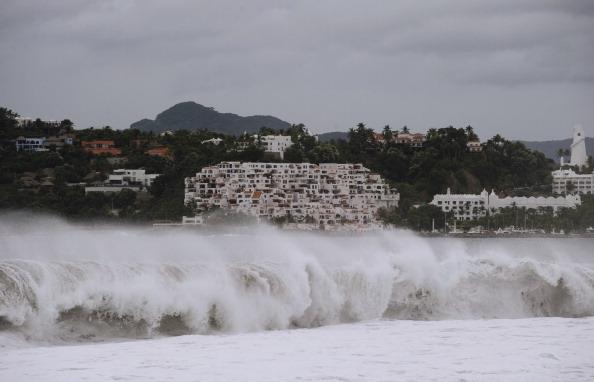 Высокие волны у побережья города Мансанильо, Мексика. Фото: ALFREDO ESTRELLA/AFP/Getty Images
