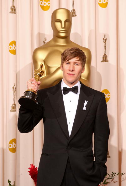 Дастин Лэнс Блэк получил статуэтку за лучший оригинальный сценарий за фильм 'Харви Милк'. Фото: MARK RALSTON/AFP/Getty Images