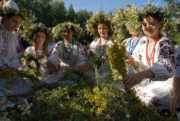 Плетіння вінків на свято Івана Купала в Пирогово. Фото: Володимир Бородін/The Epoch Times
