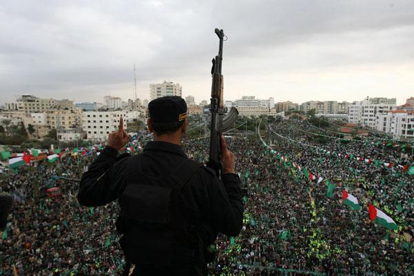 Члени терористичної організації Хамас святкують свою 22-у річницю. Фото: MAHMUD HAMS / AFP / Getty Images