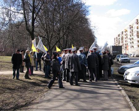 Окружив участников митинга, сотрудники милиции  срывают развернутые плакаты. Фото: Великая Эпоха