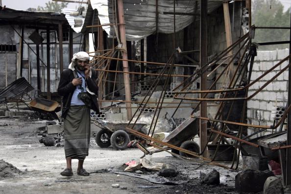Йеменский вооруженный диссидент патрулирует на центральном овощном рынке, который был разрушен в результате столкновения между диссидентами и силами безопасности. Сан, 12 июня 2011 года. Фото: Mohammed Huwais/ Getty Images