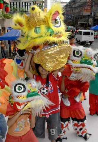Филипины. Манила. Дети меряют костюм льва на улице. Фото: Jay Directo/AFP