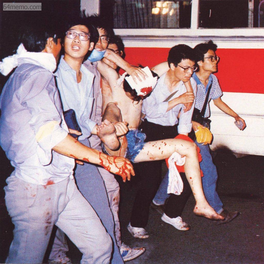 4 июня 1989 г. Ночью солдаты открыли огонь по демонстрантам, и началась массовая бойня, которая длилась до полуночи 6 июня. Студенты несут своего раненого единомышленника для оказания медпомощи. Фото: 64memo.com