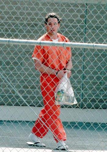 Дауни был вновь арестован 25 ноября 2000 года за хранение наркотиков в Палм-Спрингс, штат Калифорния через три месяца после освобождения из тюрьмы и возобновления своей карьеры. Он был освобожден под залог в $ 15 000. Фото: James Peterson/Online USA