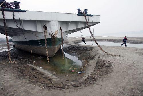 17 января 2008г. В реке Янцзы наблюдается самый низкий уровень воды с момента начала замеров (1866 г.). Фото: China Photos/Getty Images