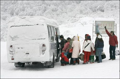В Китаї тривають сильні снігопади через які дуже погано ходить транспорт. Фото AFP
