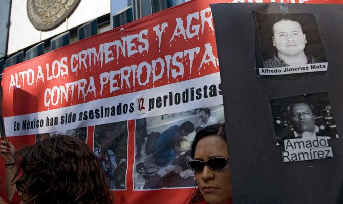 Активісти протестують проти вбивств журналістів за останні роки перед будівлею Генеральної прокуратури. У 2009 році було вбито 12 журналістів. Мехіко, Мексика. Фото: OMAR TORRES / AFP / Getty Images