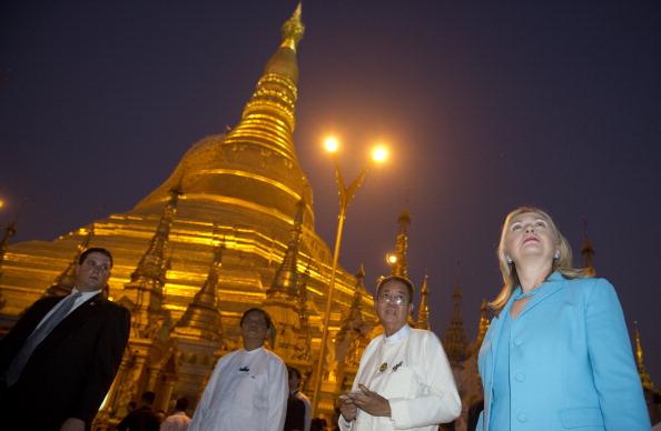 Госсекретарь США Хиллари Клинтон совершила историческую поездку в Мьянму. Янгон, Мьянма, пагода Шведагон, 1 декабря 2011 год. Фото: Bronstein/Getty Images