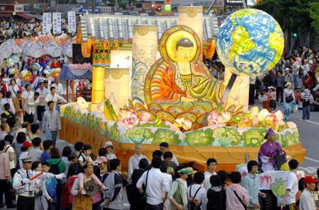 Согласно историкам, Будда был рожден приблизительно 2 551 год назад, хотя точная дата неизвестна. Официальный день рождения Будды празднуется на полной луне в мае.  Фестиваль лотосовых фонарей в Сеуле 20 мая 2007г. Фото: Chung Sung-Jun/Getty Images