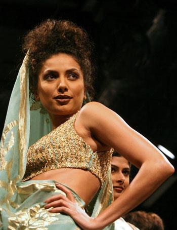 Одяг від дизайнера Anjana Bhargav на Тижні моди Wills India Fashion Week, що проходив в індійському Нью-Делі. Фото: TAUSEEF MUSTAFA/AFP