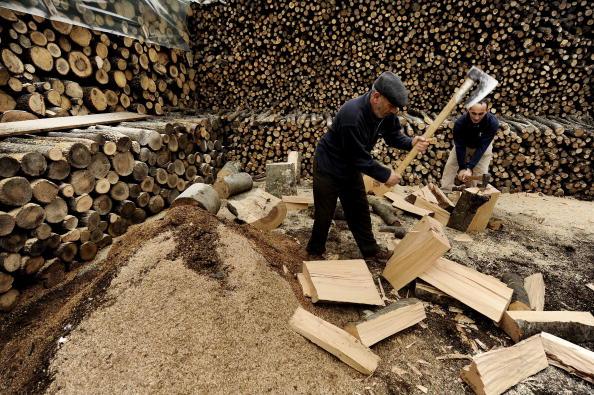 Косовські албанці на ринку в Пріштіні рубають дрова, готуючись до зими. Фото: Armend Nimani / AFP / Getty Images
