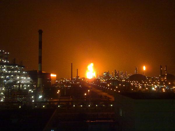 Вибух на нафтопереробному заводі в Хуейчжоу провінції Гуандун в Китаї на світанку 11 липня. Вибух викликав пожежу, полум'я досягло 90 м у висоту. Фото: ChinaFotoPress/Getty Images