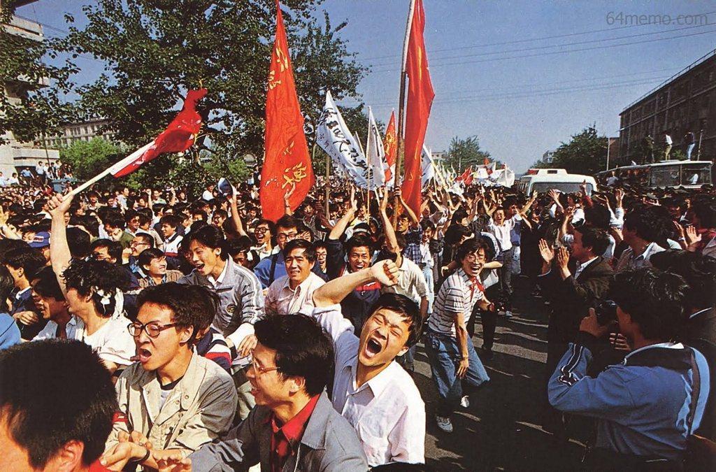 4 мая 1989 г. Студенты, порвавшие полицейские заслоны, радостно ликуют. Фото: 64memo.com