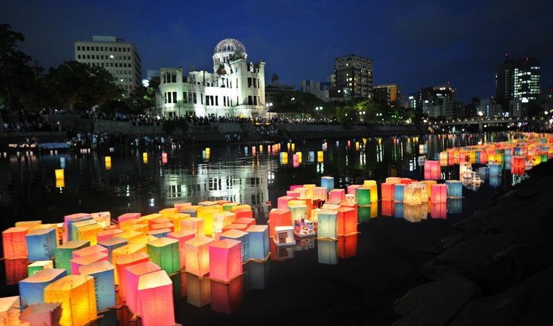 Хиросима, Япония, 6 августа. Бумажные фонарики плывут по реке Мотоясу мимо «Атомного дома». Япония отмечает 67-ю годовщину атомной бомбардировки. Фото: KAZUHIRO NOGI/AFP/GettyImages