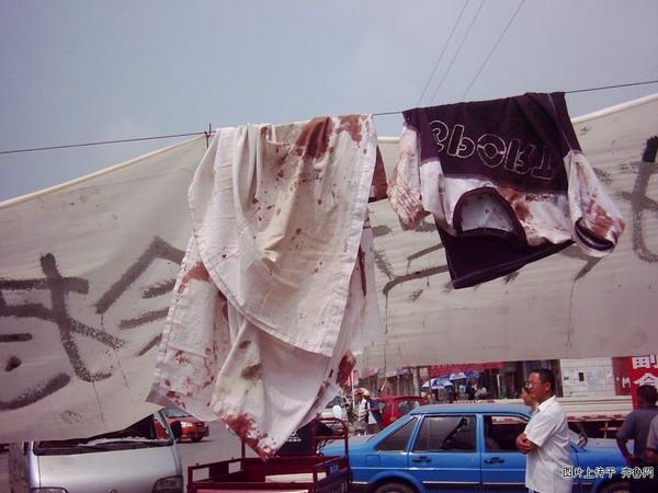Окровавленная одежда пострадавших от рук бандитов. Фото с epochtimes.com