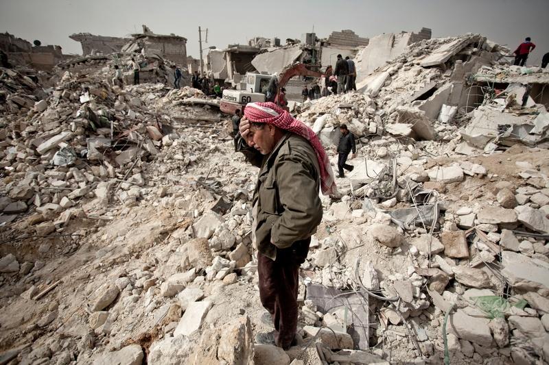 Алеппо, Сирия, 24 февраля. Пожилой человек смотрит на развалины своего дома после обстрела жилого квартала тремя ракетами «Скад». Фото: Pablo Tosco/AFP/Getty Images