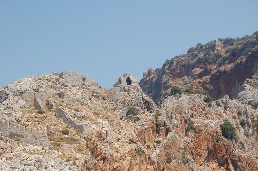 Анталья (тур. Antalya) - Крепостная стена на склоне гор. Фото:The Epoch Times Украина