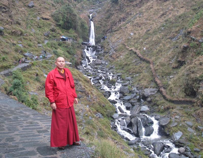 Геше Намдак Тиб — монах тибетской религии бон. Геше — это научное звание, которое равняется нашему профессору. Он помогал с приездом и встречал в Дармсале. Фото: Игорь Борзаковский/Великая Эпоха