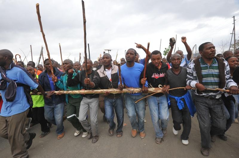 Марикана, ЮАР, 5 сентября. Бастующие шахтёры вооружились дубинками против пуль полиции. Фото: ALEXANDER JOE/AFP/GettyImages
