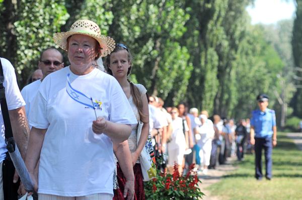 Участница памятного шествия Марш жизни, направляется к монументу памяти жертв нацизма в Бабьем Яру в Киеве 5 августа 2010 года. Фото: Владимир Бородин/The Epoch Times