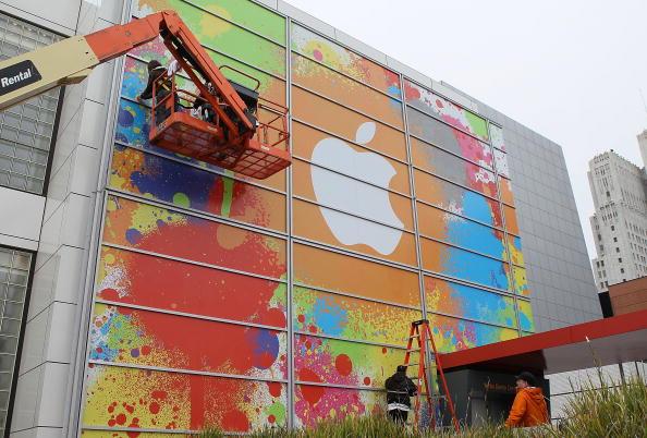 Рабочие оформляют логотип на здании центра искусств Йерба-Буэна в рамках подготовки к презентации новой модели ноутбука Макинтош. 26 января 2010, Сан-Франциско, Калифорния. Фото: Джастин Салливан/ Getty Images