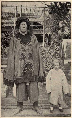 Самый высокий человек из провинции Юньнань Чан Яньмюнь. Его рост составлял 7 футов 11 дюймов (2,20 см). Фото: Ernest Morrison