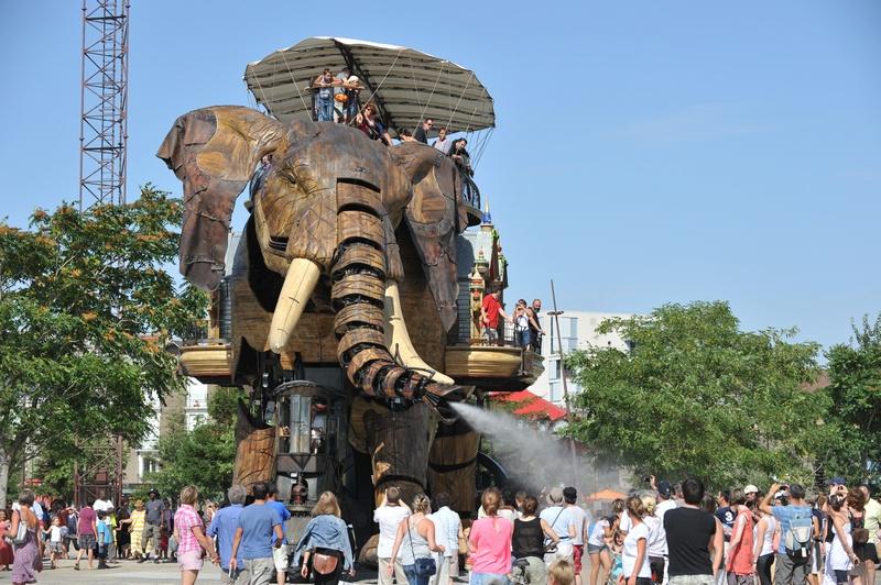 Нант, Франция, 19 августа. Механический слон высотой в 12 метров разбрызгивает воду из хобота в парке «Остров машин», расположенном в центре города. Фото: FRANK PERRY/AFP/GettyImages
