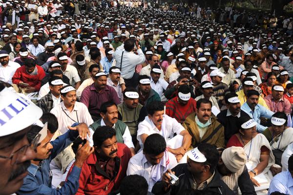 Члены из Индийской федерация страховых компаний протестуют в Дели, столице Индии. Они требуют, чтобы правительство восстановило их право на комиссионный сбор. Фото: RAVEENDRAN/AFP/Getty Images