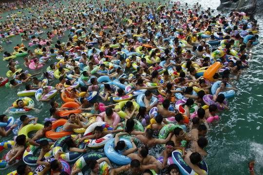 Спасающиеся от жары тысячи жителей провинции Сычуань купаются в Мёртвом море. 4 июля 2010 год. Фото с aboluowang.com